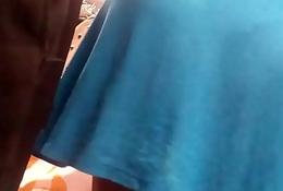 Chica gordita se le marca la tanga