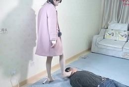 华人女王踩踏狗奴全身 Chinese mistress tramples her slave all over his body and neck