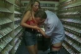 Mutti geht in den Sex-Shop und fickt mit 2 fremden Typen